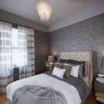 Интерьер комнаты с серыми обоями