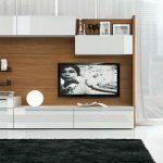 Панель за телевизором на стене