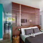 Кровать в гостиной за перегородкой