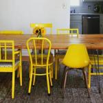 Разные стулья за одним столом